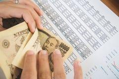 La femme compte l'argent avec le concept financier de papier de déclaration image stock
