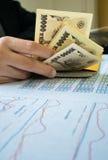 La femme compte l'argent avec le concept financier de papier de déclaration photo stock