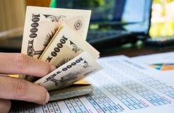 La femme compte l'argent avec le concept financier de papier de déclaration photos libres de droits