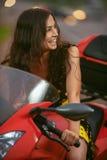 La femme conduit le vélo intéressant Photo libre de droits