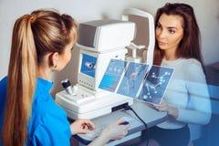 La femme a consulté un ophtalmologue au sujet de sa vision au futur image stock
