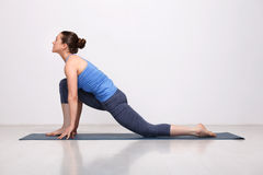 La femme convenable de yogini pratique l'asana de yoga images libres de droits