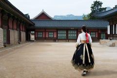La femme coréenne asiatique a habillé Hanbok dans la robe traditionnelle I de marche Photographie stock
