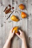 La femme a coupé la poire mûre pour le dessert doux épicé Image libre de droits