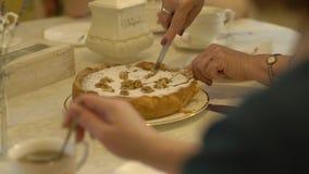 La femme coupe le gâteau clips vidéos