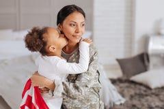 La femme courageuse a enchanté passer le temps avec sa famille Image stock