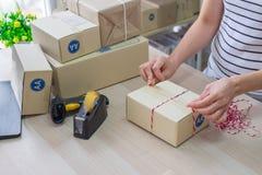 La femme, créent la petite entreprise Boîte en carton de emballage de propriétaire sur le lieu de travail Préparez la caisse d'em photo stock