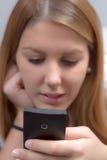 La femme écrit SMS Photo stock