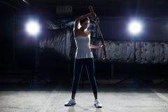 La femme démontre le couteau d'art martial de pratique image libre de droits