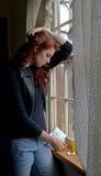 La femme déprimée mais attirante considère l'overdose image libre de droits