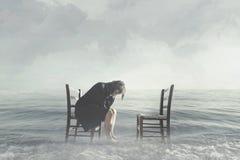 La femme désespérée pleure le manque de son amant photographie stock