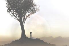 La femme d?tend faisant le yoga sous un arbre image libre de droits