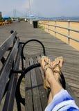 La femme détendant sur la plage, pieds en sandales se ferment  Photos libres de droits