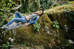 La femme détendent dans la forêt de jungle Images libres de droits