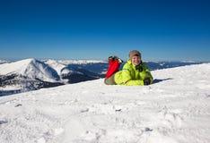La femme détendent en montagnes pendant la hausse d'hiver Photos libres de droits