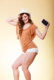 La femme d'été tient la danse de téléphone portable Photos stock