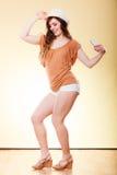 La femme d'été tient la danse de téléphone portable Images libres de droits