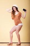 La femme d'été tient la danse de téléphone portable Image stock