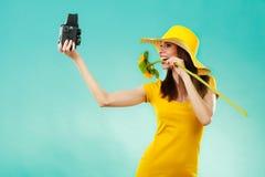 La femme d'été tient le vieil appareil-photo de tournesol Image stock