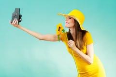 La femme d'été tient le vieil appareil-photo de tournesol Image libre de droits