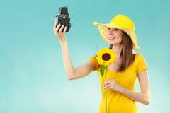 La femme d'été tient le vieil appareil-photo de tournesol Photo libre de droits
