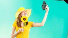 La femme d'été tient le vieil appareil-photo de tournesol Photographie stock libre de droits