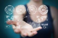 La femme d'affaires à l'aide des écrans numériques avec les données 3D d'hologrammes les déchirent Photo libre de droits