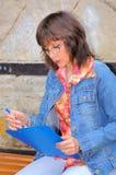 La femme d'affaires écrit des notes Images libres de droits