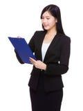 La femme d'affaires écrivent sur le presse-papiers images libres de droits