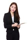 La femme d'affaires écrivent sur le presse-papiers photo stock