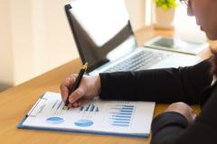 La femme d'affaires analyse le graphique de gestion mensuel image stock