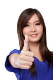 La femme d'affaires asiatique de sourire avec des pouces lèvent le geste, sur le blanc images stock