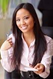 La femme d'affaires asiatique heureuse te donne la carte de visite professionnelle de visite Images stock
