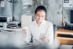 La femme d'affaires asiatique prennent une pause-café après travail à l'ordinateur portable photo libre de droits