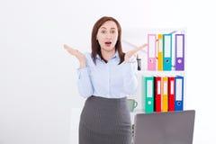 La femme d'affaires atteignent des actualités négatives ou positives le fond de bureau Visage de femme choqué, renversement, fou  Image stock