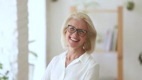 La femme d'affaires attirante de portrait de Headshot regardant rire de caméra se sent heureuse banque de vidéos