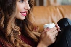 La femme d'affaires attirante ont une pause-café sur le sofa photo stock