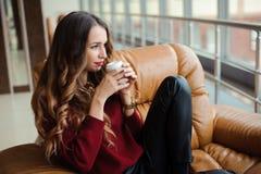 La femme d'affaires attirante ont une pause-café sur le sofa image stock