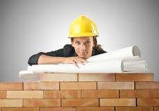 La femme d'affaires avec des dessins s'approchent du mur de briques Images libres de droits