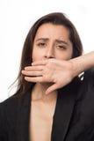La femme d'affaires baîlle couvrant sa main de sa bouche photo stock