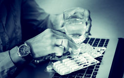 La femme d'affaires boit des drogues, effort, problème, fatigué, comprimé, malheureux, nerfs, overdose Photo stock