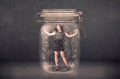 La femme d'affaires a capturé dans le pot en verre avec les icônes tirées par la main de media Image stock