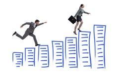 La femme d'affaires chassant la femme d'affaires sur l'échelle de carrière Photographie stock