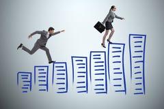 La femme d'affaires chassant la femme d'affaires sur l'échelle de carrière Image libre de droits