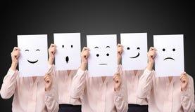 La femme d'affaires cinq tenant une carte avec sentiments d'émotion d'expressions du visage de dessin différents font face sur le photographie stock