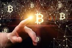 La femme d'affaires clique sur le bitcoin sur le réseau photos stock