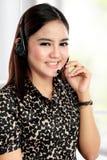 La femme d'affaires communiquent par le casque sans fil Photographie stock