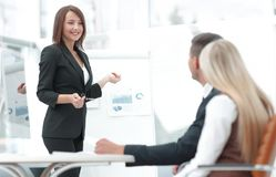 La femme d'affaires conduit un atelier avec l'équipe d'affaires Photo stock