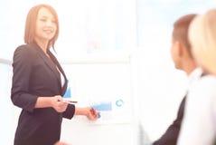 La femme d'affaires conduit un atelier avec l'équipe d'affaires Image stock