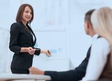 La femme d'affaires conduit un atelier avec l'équipe d'affaires Image libre de droits